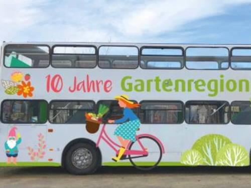 Doppeldeckerbus mit Schriftzug 10 Jahre Gartenregion