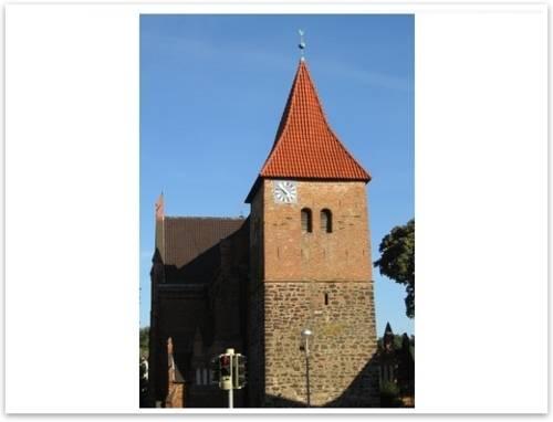 Kirchturm mit rotem Ziegeldach