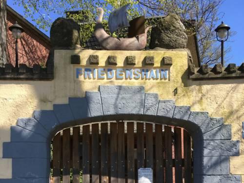 Mauer mit Tor und der Inschrift Friedenshain