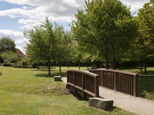 Holzbrücke im Park