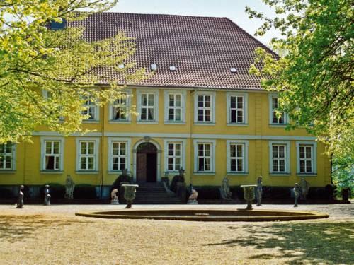 Historisches Gebäude mit Vorplatz