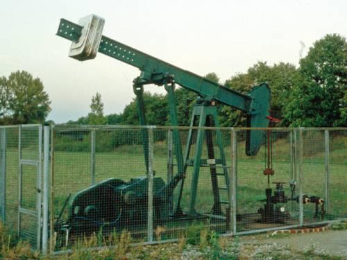 Ölpumpe in einem abgesperrten Bereich auf einer Wiese