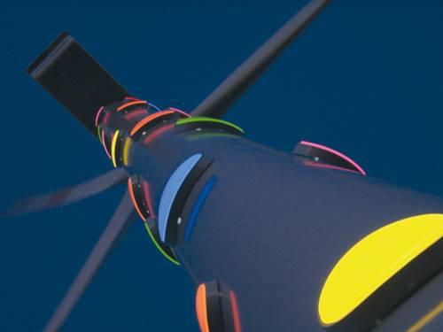 Windrad im Dunklen mit farbigen Leuchtkörpern