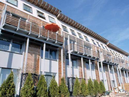 Häuserzeile mit Balkons und Sonnenschirm