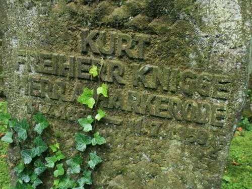 Alter Grabstein mit Efeu
