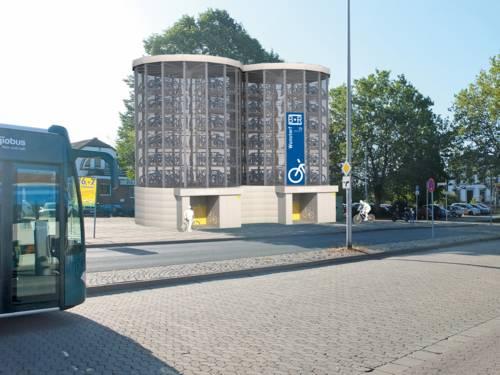Ein mehrstöckiges Bauwerk auf einem Parkplatz.
