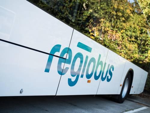 Seitliche Detailaufnahme eines Busses