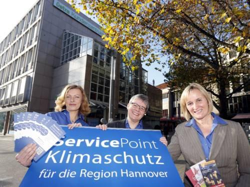 Anna Neumann, Monika Bergmeier und Melanie Tasche mit einem Rollup-Display des Service-Point Klimaschutz vor dem üstra-Kundenzentrum