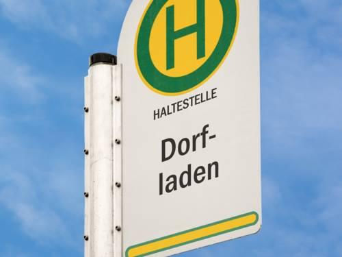 """Haltestellenschild mit dem Namen """"Dorfladen"""""""