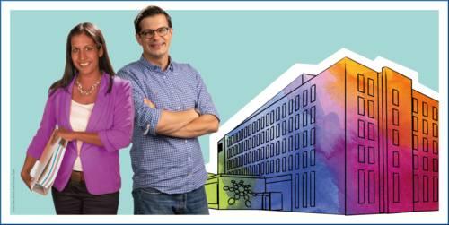 Eine Frau mit einem Ordner unter dem Arm und ein Mann stehen neben einer bunten Zeichung des Regionshauses