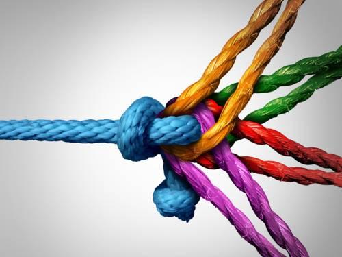 Ein Seil, an dessen Ende vier unterschiedlich gefärbte Seile in unterschiedliche Richtungen ziehen