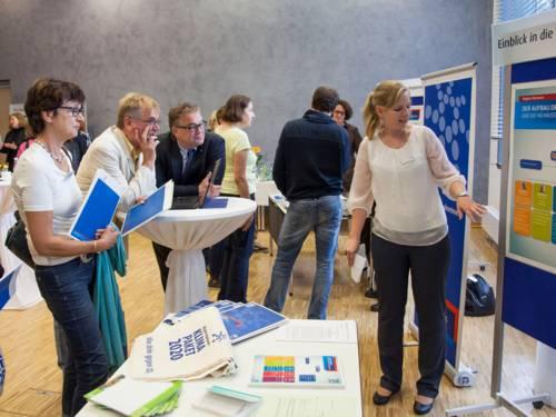 Lehrkräfte informieren sich über das Angebot zur politischen Bildung der Region Hannover