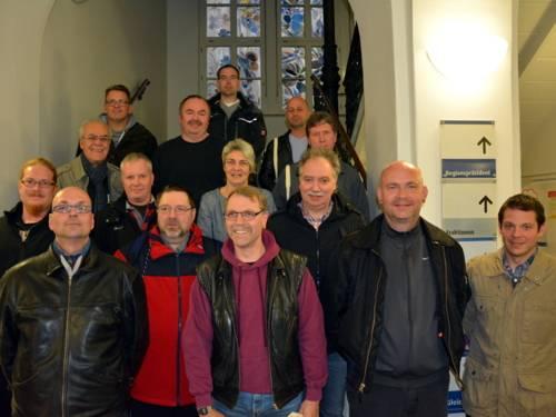 Gruppenfoto auf einer breiten Treppe.