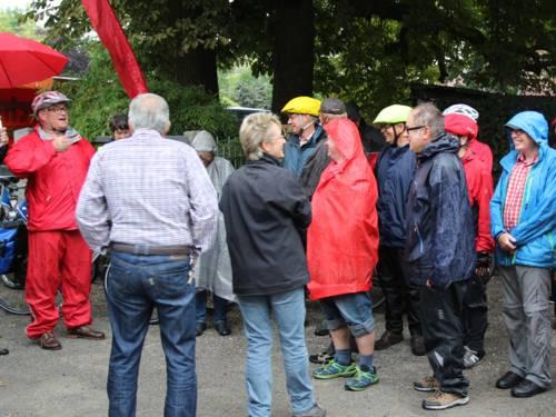 Gruppe von Personen in Regenkleidung
