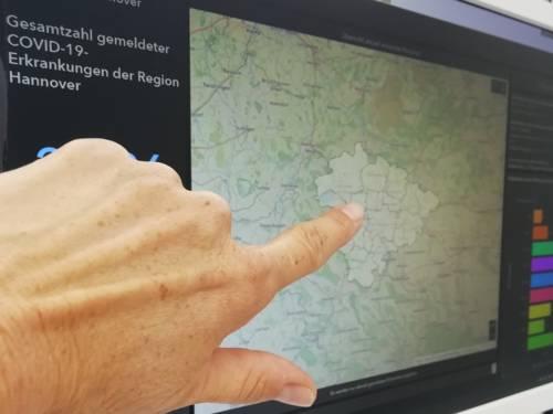 Eine Hand zeigt auf einen Computerbildschirm