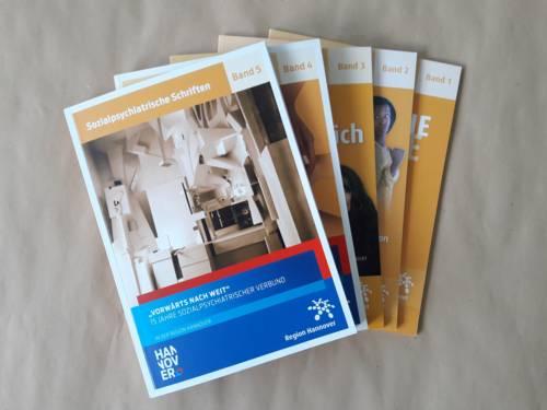 Fünf Broschüre aufgefächert