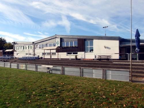 Sportvereinsheim vom Fußballfeld aus fotografiert.
