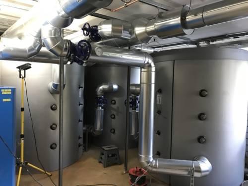 Kellerraum mit Rohrleitungen und großen Behältern