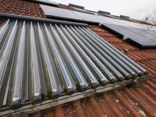 Gebäude mit Solarmodulen auf dem Dach.