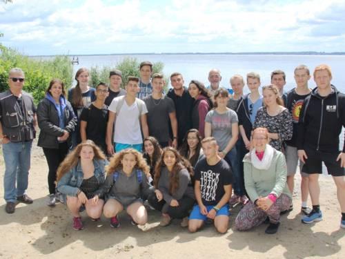 25 Personen haben sich für ein Guppenfoto am Strand des Steinhuder Meeres aufgestellt.