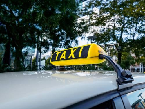 Nahaufnahme einer Taxileuchte auf dem Autodach.