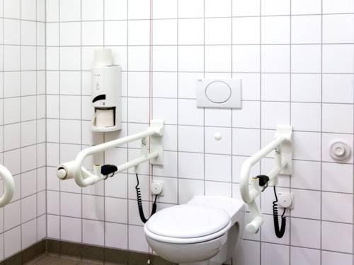 Toilette, die barrierefrei und für Menschen mit Behinderungen geeignet ist.