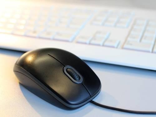 Eine Computermaus und eine Tastatur.