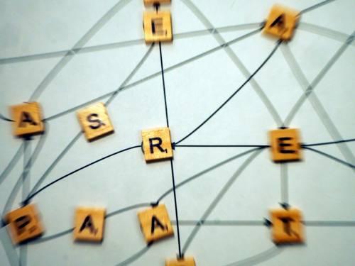 liegende Holzbuchstaben mit Strichen verbunden