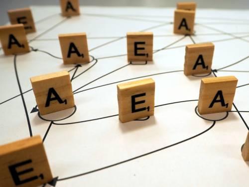 Stehende Holzbuchstaben mit Strichen verbunden