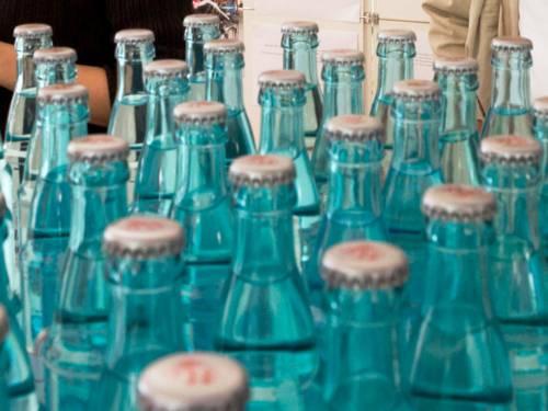 Wasser in kleinen Glasflaschen