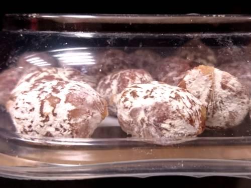 Weißer Schimmel überzieht Minisalamis. Die Wurst ist in einer durchsichtigen Plastikschale.