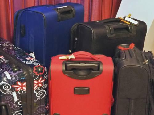 Verschiedene Koffer stehen vor einem roten Vorhang.
