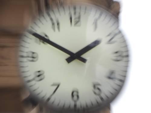 Reisszoom angewandt auf das Ziffernblatt einer Uhr: Nur die Mitte des Ziffernblatts ist scharf, drum herum scheint sich alles sich vom Zentrum wegzubewegen.