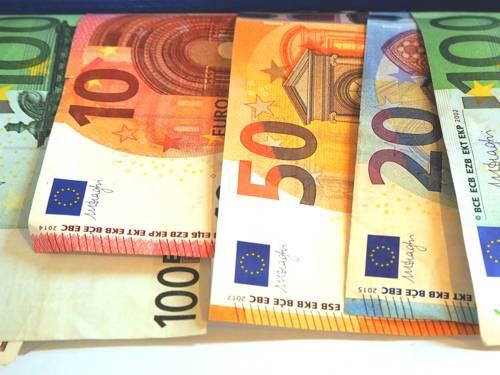 Geldscheine hängen nebeneinander.