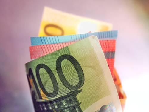 Einzelne Eurobanknoten sind gefächert gerollt.