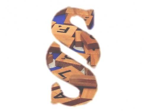 Durch einen Paragrafen fällt der Blick auf Buchstabenbausteine