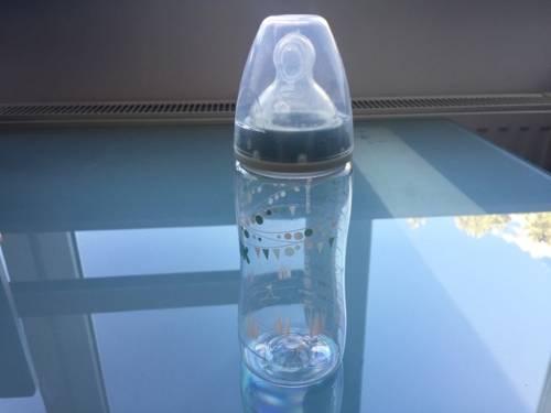 Nuckelflasche auf einem Glastisch