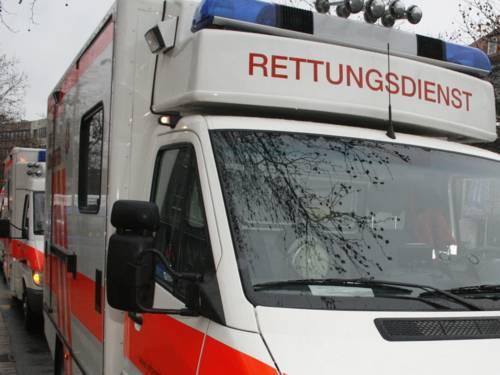 """Mehrere Rettungswagen stehen hintereinander. Unter dem Blaulicht des vordersten Fahrzeugs steht in roter Schrift """"RETTUNGSDIENST"""""""
