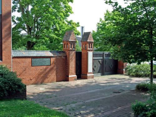 Rote Backsteinmauer mit einem Toreingang