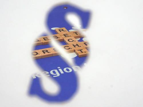 """Blick durch einen Paragrafen: Bausteine mit Buchstaben liegen auf einem blauen Hintergrund, sie bilden die Worte """"Recht"""", """"Vorschrift"""" und """"Gesetz""""."""