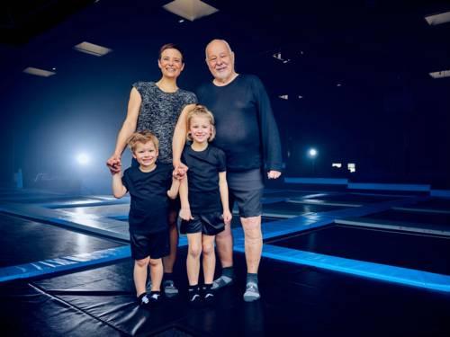 Familie auf einem Trampolin