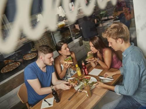 Gruppe isst Pizza