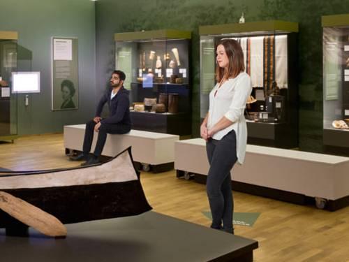 Zwei Menschen im Museum