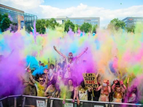 Feiernde Menschen werfen Farbbeutel