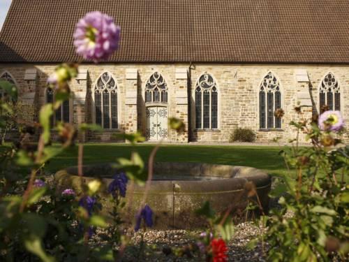 Blumen vor einem Kloster