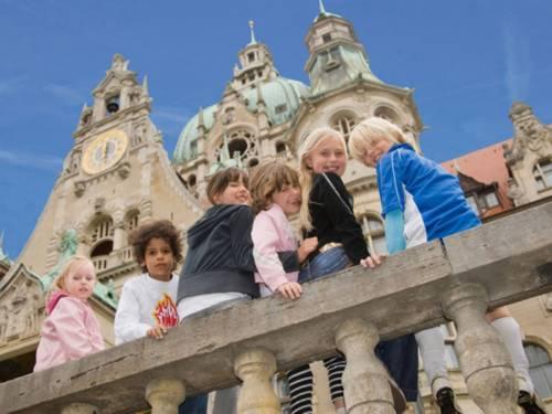 Kinder vor dem Neuen Rathaus