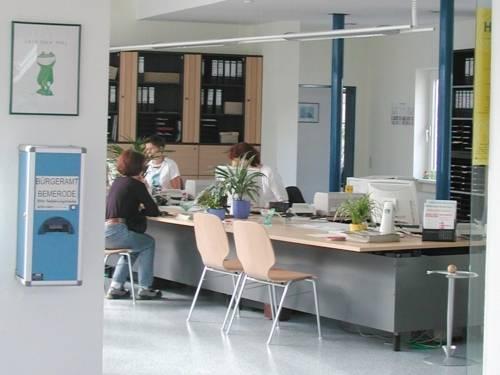 Bürgerin lässt sich im Bürgeramt von Sachbearbeiterin beraten