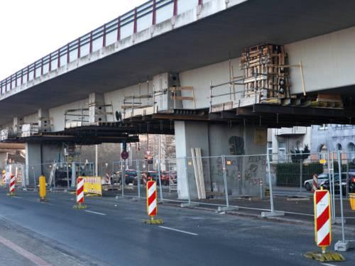 Eine Baustelle ist durch Baken und Gitter vom Verkehr abgesichert.