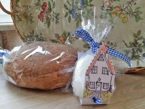 Ein Laib Brot und ein Päckchen Salz sind der traditionelle Willkommensgruß von Nachbarn für neu Zugezogene