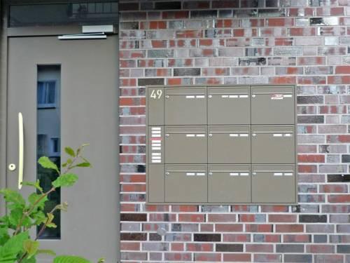 Hauseingang mit Postkästen eines Mehrparteienhauses